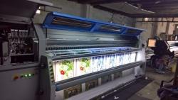 Sử dụng máy in quảng cáo in UV trên kính chất lượng cao