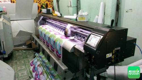 Thành phẩm in chất lượng cao đang được in từ máy in phun khổ 1.8m